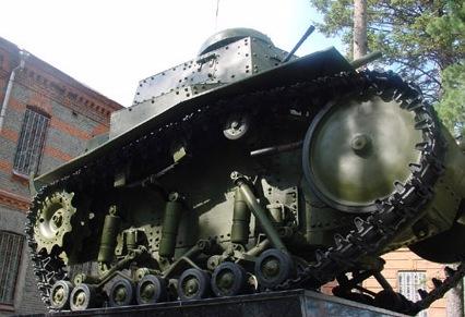 Танк Т-18 на постаменте