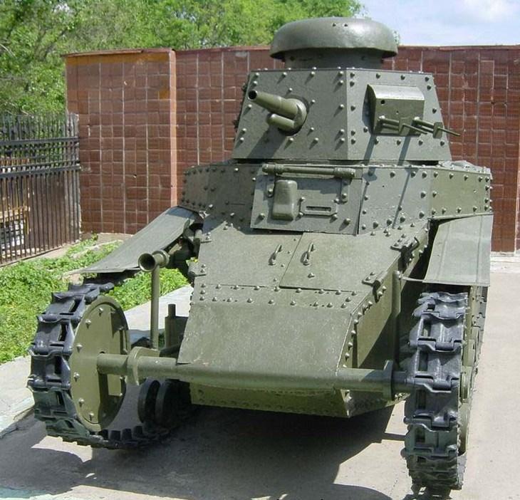 Танк Т-18 вид спереди