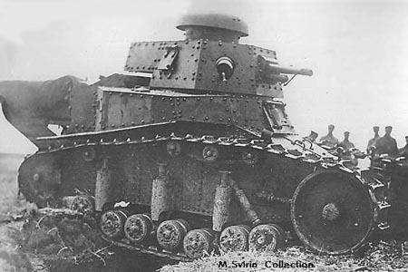 Танк Т-18 преодолевает окопы