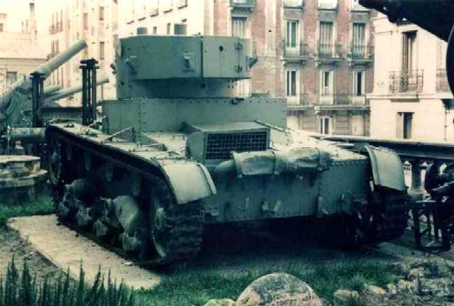 Танк Т-26 на постаменте