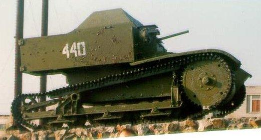 Танк Т-27 на постаменте