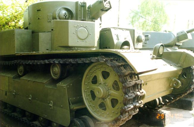 Танк Т-28, вид справа спереди