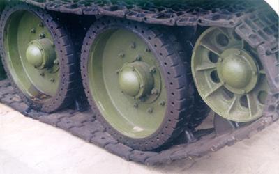 Танк Т-34/76, катки, вид справа