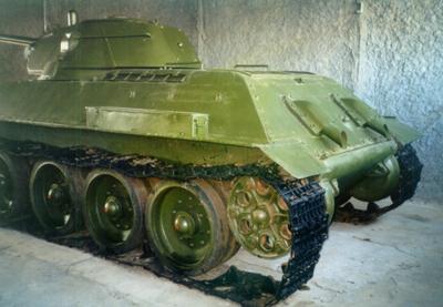 Танк Т-34/76 со сползшими гусеницами