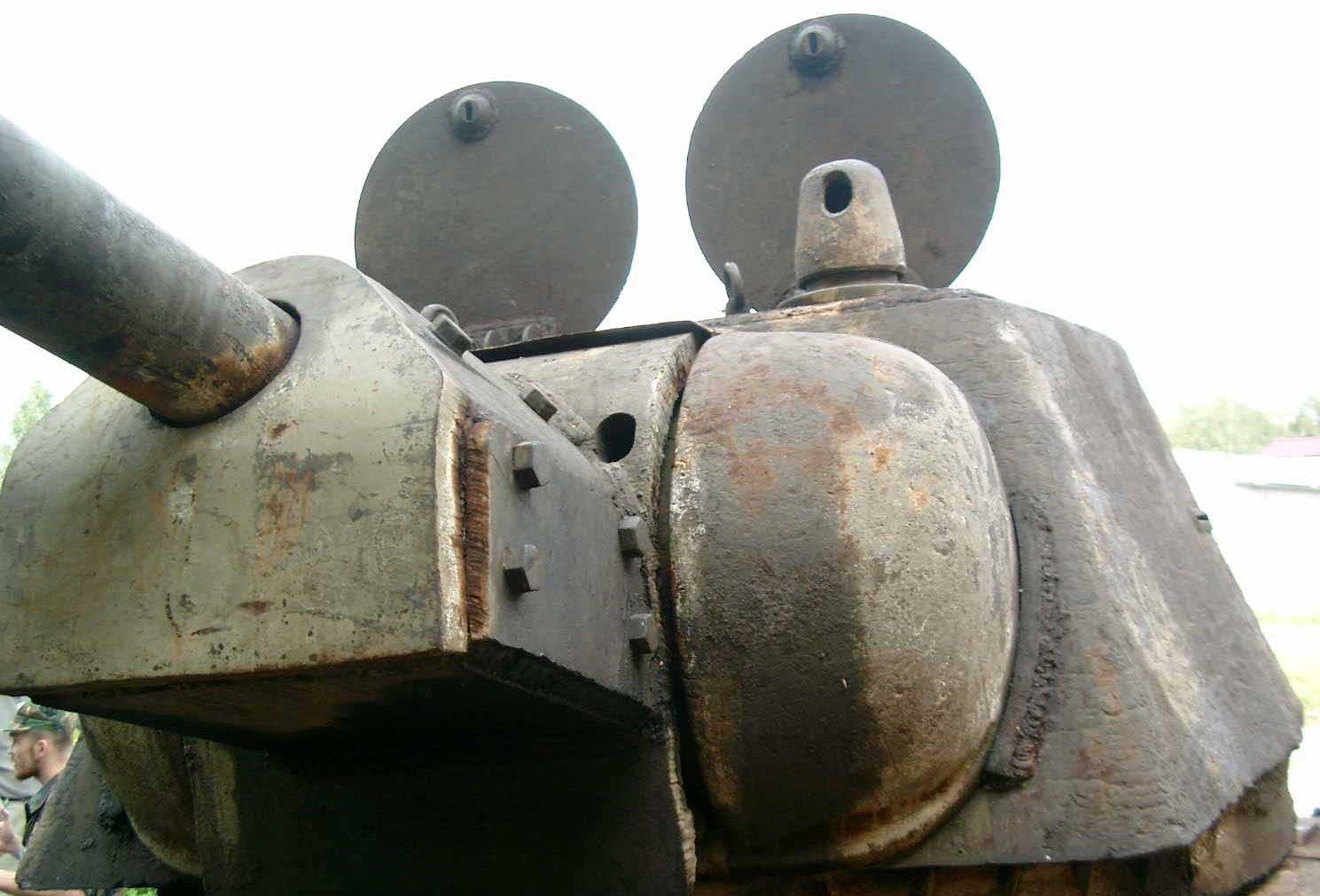 Танк Т-34/76, открытые люки башни