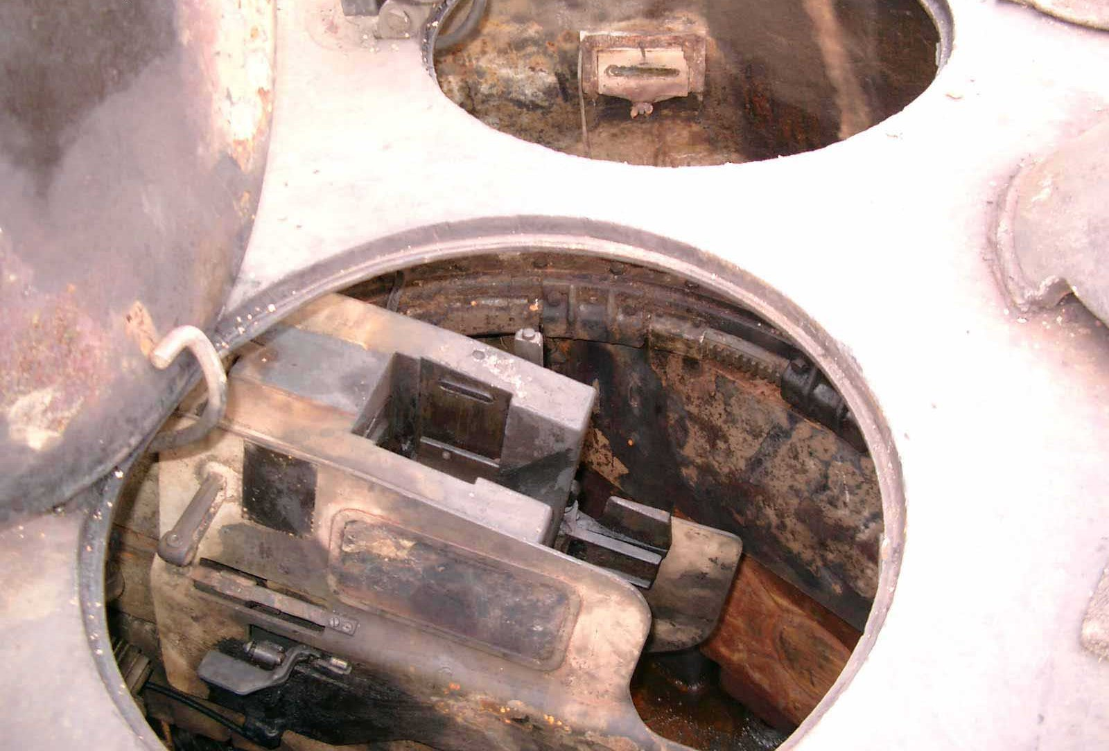 Танк Т-34/76, башня изнутри, вид через открытые люки