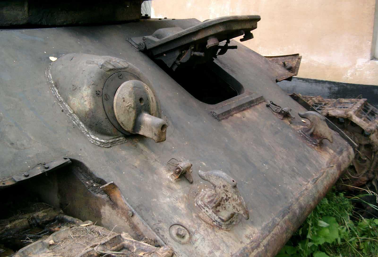 Танк Т-34/76, открытый люк механика-водителя