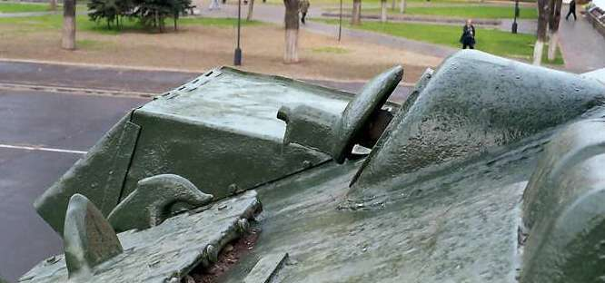Танк Т-34/85, гнездо пулемёта слева