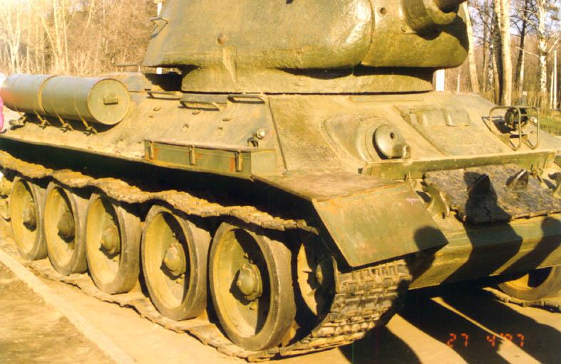 Танк Т-34/85 справа