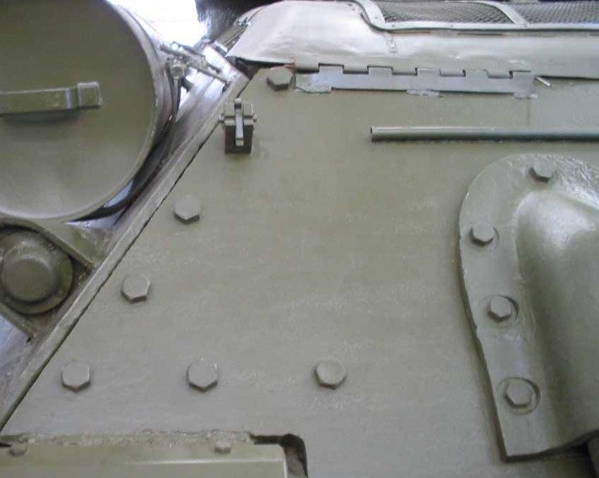 Танк Т-34/85, болты крепления задней защиты