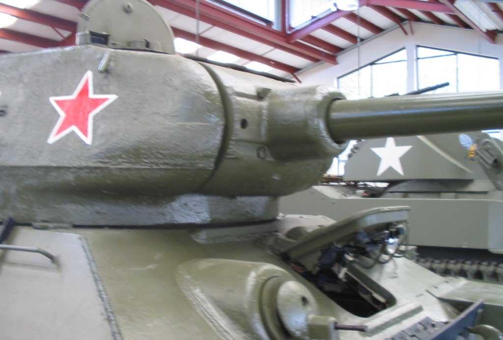 Танк Т-34/85 с открытым люком