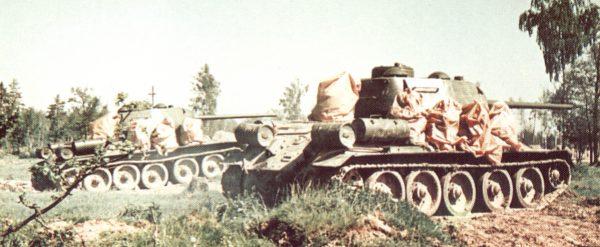 Танк Т-34/85 на манёврах