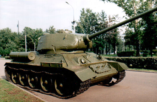 Танк Т-34/85, вид справа спереди