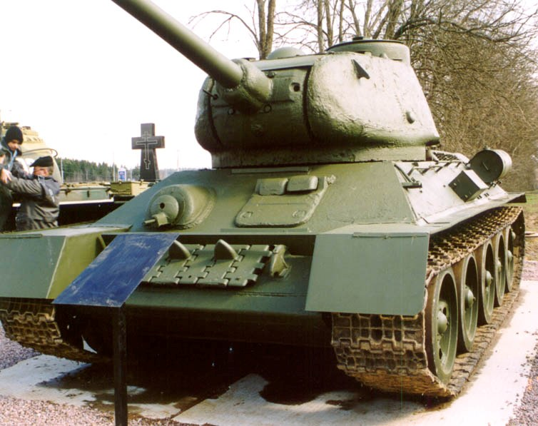 Танк Т-34/85 в музее, вид спереди