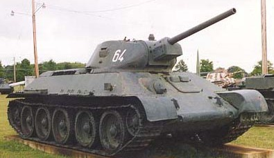Танк Т-34 вид спереди справа