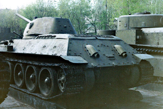 Танк Т-34 вид сзади слева