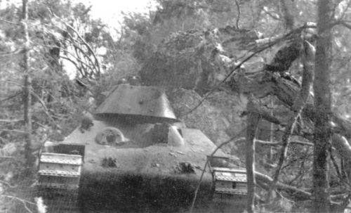Танк Т-34 в лесу