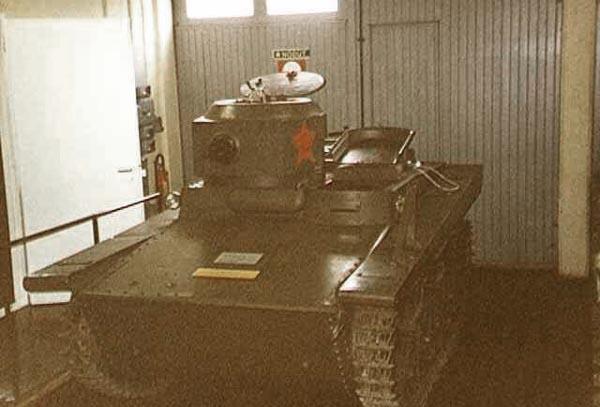 Танк Т-37, вид спереди слева