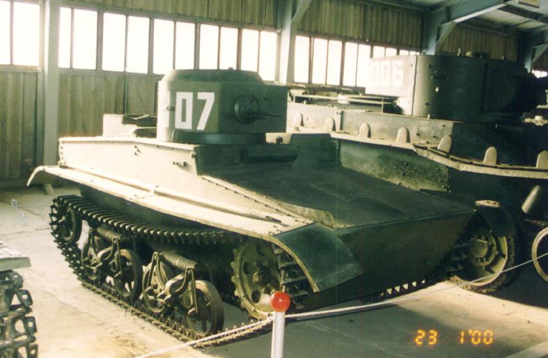 Танк Т-37, вид спереди справа